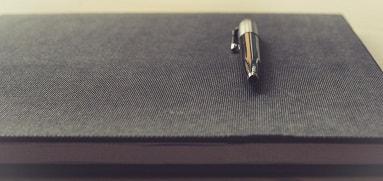 bolígrafos grabados como carta de presentación